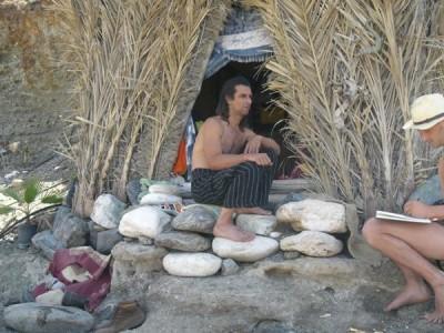 Joel vor seiner Hutte am Strand in Dytiko